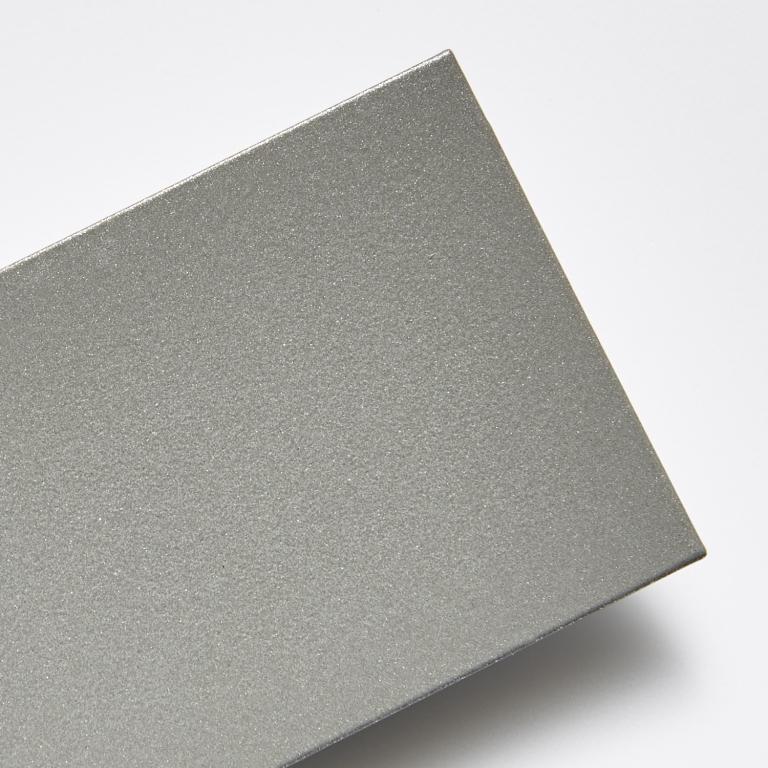 Metalická stříborná